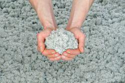 Umweltfreundlich in der Herstellung und hoch wirksam: Zellulose sorgt für eine effiziente Wärmedämmung auch im Altbau. Foto: djd/Isocell